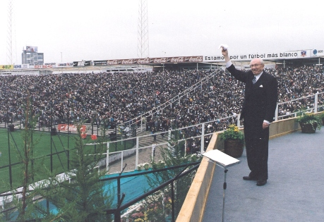 Hinckley waves hanky at Santiago's Estadio Nacional